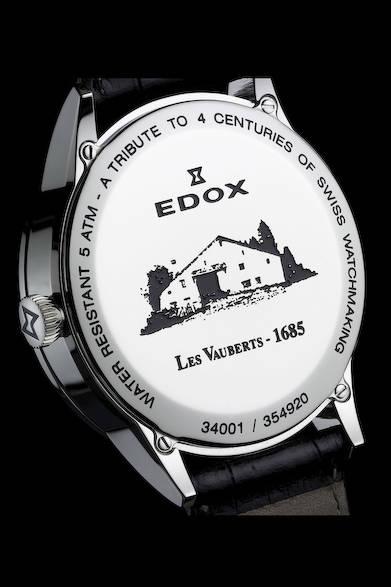 クラシックライン「レ・ヴォベール」は、すべてのモデルのケースバックに、この地で時計製造がはじまった1685年の年号が刻印される