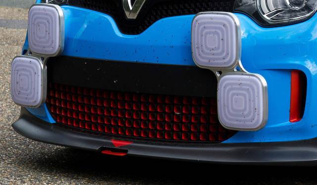赤がアクセントのフロントグリル。スポイラーはCFRP製だ。追加のLEDヘッドライトは、厚さわずか25mm。カスタマイズ可能で、車内からコントロールできる。