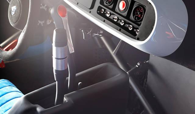シーケンシャルトランスミッションのシフトレバーとサイドブレーキレバーは、ハンドルとほぼ同じ高さにある