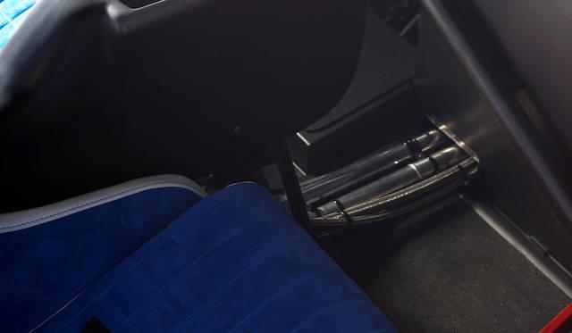 足元に走るクロームパイプは、エンジンの冷却用