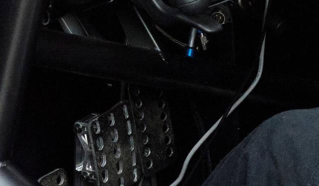 足元のアルミペダルは、ヒール&トゥがやりやすいよう設計された、競技向け仕様