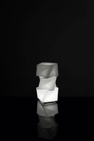 <strong>ISSEY MIYAKE|イッセイ ミヤケ</strong> 「陰翳 IN-EI ISSEY MIYAKE」 「MOGURA mini」6万900円 Photo by Hiroshi Iwasaki &#169; Miyake Design Studio 2012