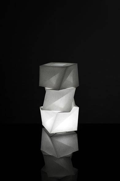 <strong>ISSEY MIYAKE|イッセイ ミヤケ</strong> 「陰翳 IN-EI ISSEY MIYAKE」 「MOGURA」7万1400円 Photo by Hiroshi Iwasaki &#169; Miyake Design Studio 2012