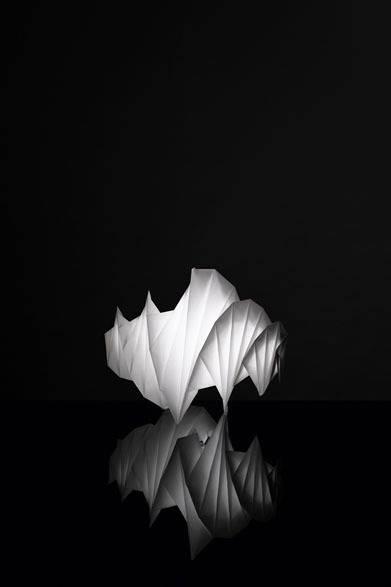 <strong>ISSEY MIYAKE|イッセイ ミヤケ</strong> 「陰翳 IN-EI ISSEY MIYAKE」 「MENDORI」9万2400円 Photo by Hiroshi Iwasaki &#169; Miyake Design Studio 2012