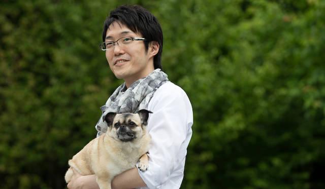 佐藤オオキ氏と愛犬 きなことともに