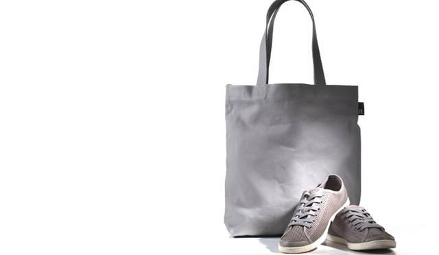撮影日にも持参した、佐藤氏愛用のCAMPERの靴と、トートバッグ「nendo x ROOTOTE ルーパペット」