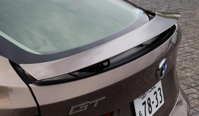 全高を低く抑えつつ、必要なダウンフォースを獲得するアクティブ・リヤ・スポイラー。車速の応じて自動的に、上昇/格納することで、車両後方の空気の流れを調節し、最適なダウンフォースを実現。ドアパネルのスイッチから手動で操作することもできる