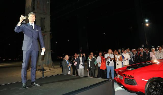 イベントの開会を宣言した、アウトモービリ・ランボルギーニのステファン・ヴィンケルマン社長兼CEO(右から2番目)