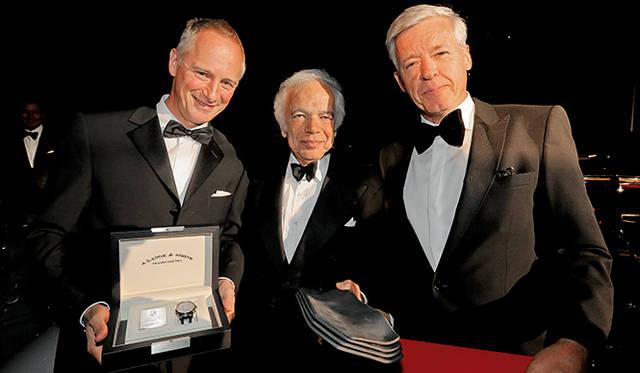 A.ランゲ&ゾーネのCEO、ヴィルヘルム・シュミット氏(左)がBMWのクラシックカー部門責任者ウルリッヒ・クニープス氏(右)とともに、コンコルソ特製モデル「ランゲ 1・タイムゾーン」を優勝したラルフ・ローレン氏に贈られた