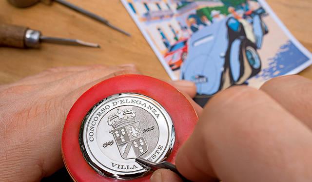 ホワイトゴールドのケースバックには、手彫りのコンコルソ・デレガンツァの紋章、さらには回転式ベゼルには開催地コモ市への敬意を表し、中央ヨーロッパ標準都市として「COMO」の名が入る