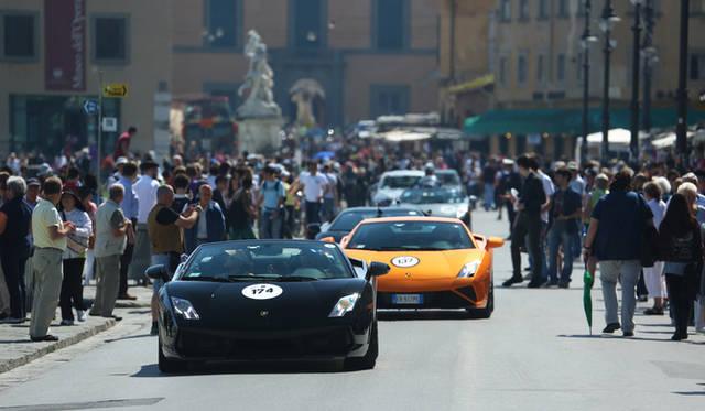 ポローニャのマッジョーレ広場を埋め尽くすランボルギーニたち