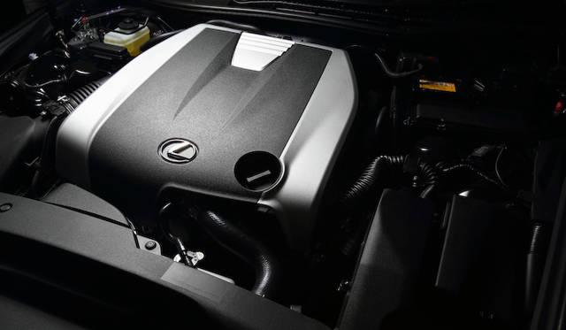 IS 350に搭載されるのは3,456cc V型6気筒エンジン。最高出力 234kW(318ps)/ 6,400 rpm、最大トルク 380Nm(38.7kgm)/ 4,800 rpmを発生するがJC08モード燃費は10.0 km/ℓと高くない