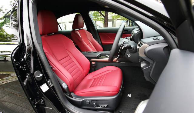 表皮一体発泡工法により、すぐれたフィット感と高いホールド性、シャープなデザインを謳うF SPORT専用シート