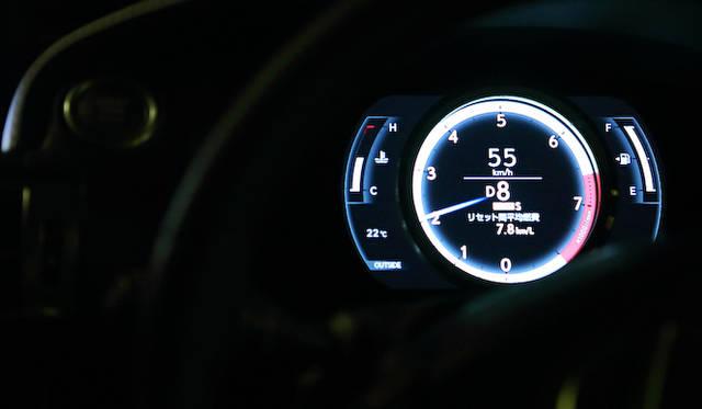 SPORT モード、およびSPORT +モード時はリングが白く彩られるのは、LFA同様。オートマチックトランスミッションは走行状況にあわせて、高いギアと低いギアを使い分けるが、パドルシフトにより、一時的に手動でのギア選択も可能。写真は高速道路での直線走行時。55km/hで手動選択で8速を選択している