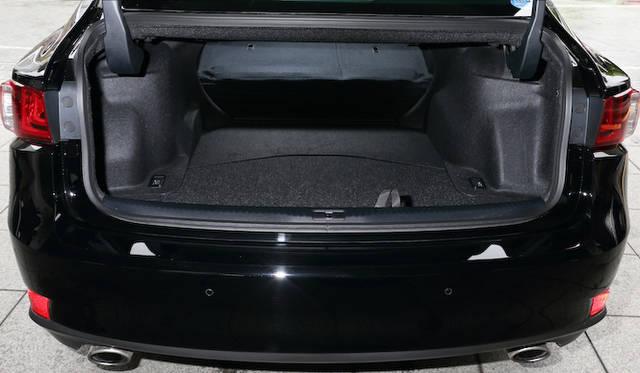 トランク容量は480リットル。ハイブリッドモデルでもバッテリー搭載位置の工夫によって450リットルを確保する。いずれの場合も、分割可倒式リアシートを倒すことで長尺物の搭載も可能だ