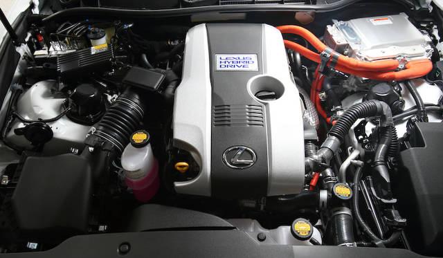 エンジン最高出力131kW(178ps)/ 6,000 rpm、エンジン最大トルク221Nm(22.5kgm)/ 4,200-4,800 rpm、 モーター最高出力105kW(143ps)、モーター最大トルク300Nm(30.6kgm)というスペックのパワートレインから、レクサスハイブリッドドライブ(LHD)によってシステム最高出力162kW(220ps)を発生する。環境性能は燃費23.2km/ℓ、CO2排出量100g/kmと極めて優れているうえに、ライフサイクル全体でのCO2排出量が低いことも特筆すべき点である