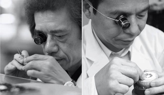 """セイコーが誇るふたりの""""現代の名工""""、組立師の桜田守 氏(左)と、彫金師・照井清 氏(右)による巧みの技を駆使しつくりあげられる「SHスペシャルモデル」"""
