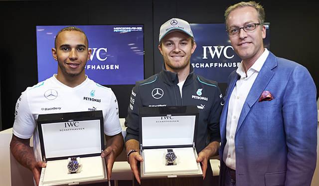 あたらしくIWCのアンバサダーとなったF1ドライバーのルイス・ハミルトン(左)とニコ・ロズベルグ(中)のふたり