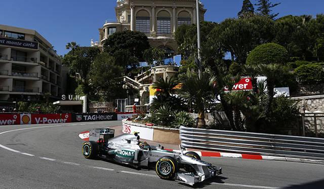 モナコの名物コーナー、ローズヘアピンを疾走する「メルセデスAMGペトロナス」のF1マシン