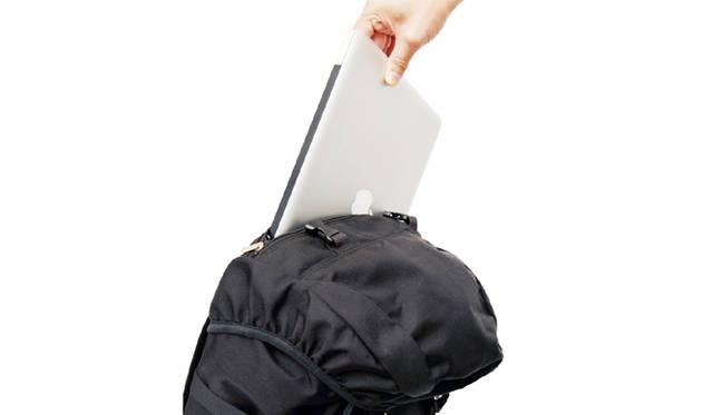 上部のかぶせを開閉することなく出し入れ可能なジップを上部に配置。15インチまで収納可能なオリジナルPCケースが内部に組み込まれている