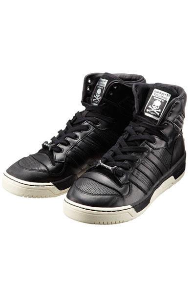 「adidas Originals by mastermind JAPAN」 1986年に誕生し、盛り上がるNBA人気を足もとから支えた「RIVALRY HI(ライバルリー ハイ)」は、当時を代表するプレーヤー、パトリック・ユーイングのシグネイチャーモデルとして名を博したモデル。無数のパーフォレーションやヒールのレザーパッチ、シュージュエルなどすべてのモデルに共通して「マスターマインド・ジャパン」の象徴であるスカルをあしらっている。RIVALRY HI MMJ(G96303)2万3100円