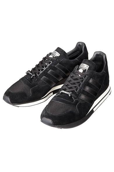 「adidas Originals by mastermind JAPAN」 「ZX500」は80年代中期のトレイルランニングブーム時に開発されたランニングシューズで、その後つづくZXシリーズのはじまりとなったモデル。アッパーは通気性に優れたメッシュを採用し、シュータンには特別なコラボレーションロゴ、ヒールパッチはレザーでスカルのパッチをほどこしている。赤を効かせたアウトソールも大きな特徴。ZX500 OG MMJ(G95176)1万8900円