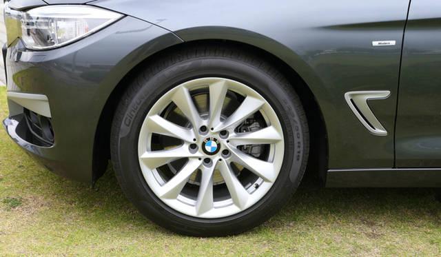 モダンラインに標準装備される8J×18インチ、タービンスタイルのアロイホイール。タイヤサイズは225/50R18だ