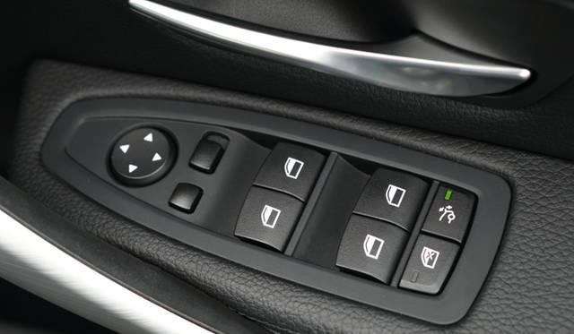 BMW初の可動式リアウイング「アクティブリアスポイラー」は、速度に応じて、自動で上下するが、ドアのボタンで、手動操作もできる