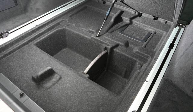 ラゲッジルームのフロア下にはトノカバーを収納することもできる