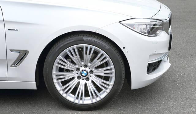 フロント225/45R19、リア255/40R19サイズのタイヤと19インチのダブルスポークアロイホイールは、「スポーツライン」にオプション設定される