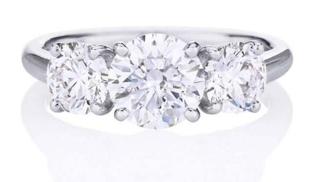 <strong>DE BEERS|デビアス</strong> DB クラシック トリオ リング[プラチナ×ダイヤモンド](センターダイヤモンド 0.5ct~)92万4000円~