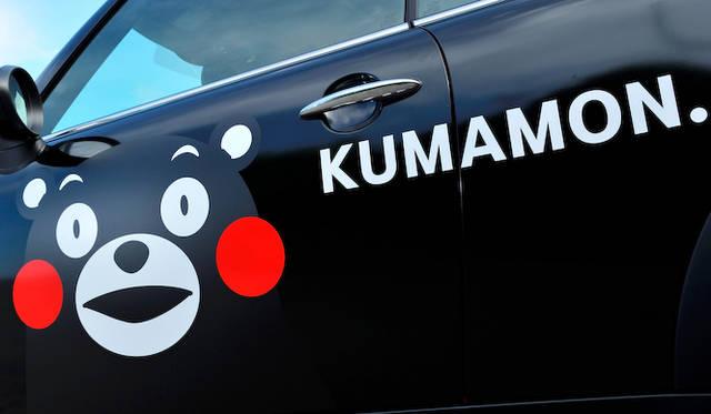 サイドには、おなじみのMINIフォントで「KUMAMON.」と記載される