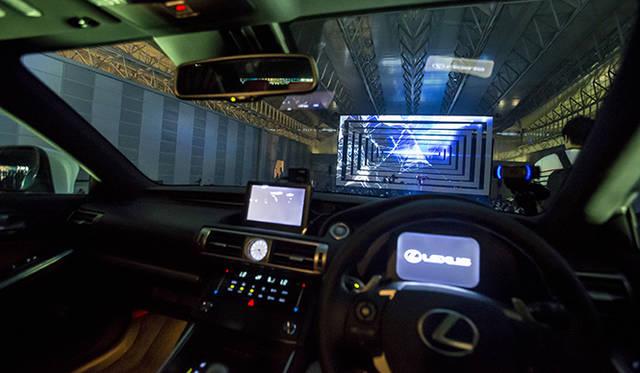 観客自らが映像をコントロールできるという、ユニークな仕掛けが用意された新型「IS」のドライバーズシートに座れば、前方には巨大スクリーンが正面に現れる