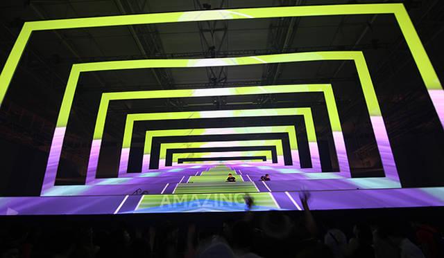"""3Dプロジェクションマッピングの動きにあわせ、うまく照準を合わせれば""""AMAIZING""""の文字が出現し会場との一体感に包まれる"""