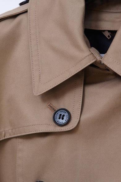<strong>HYKE|ハイク</strong> 2013-14年秋冬コレクション トレンチコート 7万8750円。「トレンチコートはgreenのときから取り組んでいるアイテムで、今回は、英国軍のオフィサーが着ていたデザインがソース。green時代とおなじ、ポリエステルコットンの糸をギャバで織って、撥水加工をほどこしたHYKEオリジナル生地を使用しています」(大出由紀子さん)
