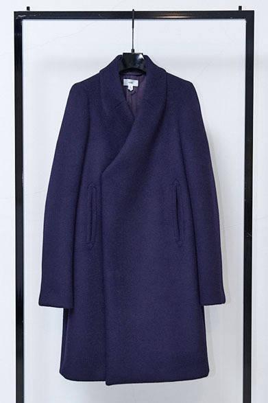 <strong>HYKE|ハイク</strong> 2013-14年秋冬コレクション ノーカラーコート7万1400円。「ピーコートからデザインをマイナスしたら……と生まれたものです」(大出由紀子さん)
