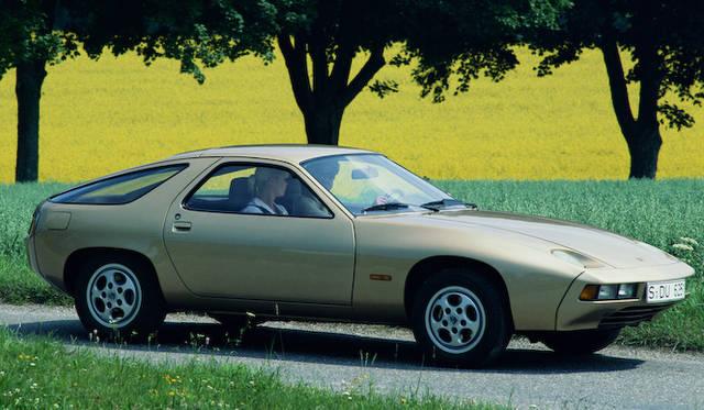 ポルシェが911にかわって、ポルシェの中核を担うラグジュアリースポーツカーとして、誕生させたポルシェ「928」。1977年に登場した。写真は1980年式