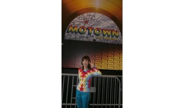 <strong>戸田恵子|7泊8日のニューヨーク・ブロードウェイ三昧の旅</strong> 『モータウン』劇場前にて。舞台のイメージに合わせてファッションもファンキーに!