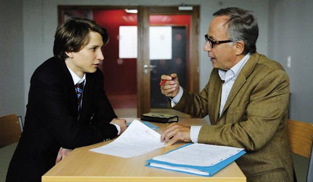 生徒役のエルンスト・ウンハウワー(左)と、教師役のファブリス・ルキーニ