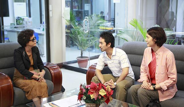モア・トゥリーズ事務局長の水谷氏(中央)は州政府高官(左)とミーティング