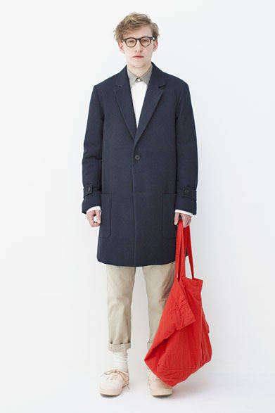 "<strong>BLACK & BLUE|ブラック アンド ブルー</strong> <a href=""/article/17469"" class=""link12lh15blue"">2013-14年秋冬コレクション</a> Wool kersey Chester Coat 7万6650円、Loose fit shirts 2万3100円、Chino Easy Pants 2万3100円、Indigo dyed bag 1万2600円"