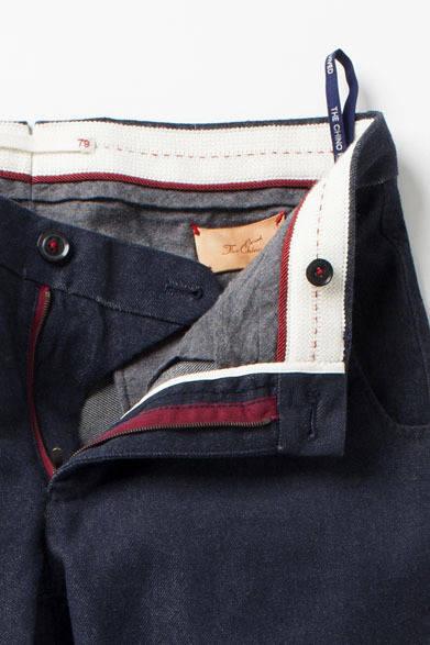 <strong>The Chino|ザ・チノ</strong> 「The Chino Revived(ザ・チノ リヴァイブド)」 ジップの土台布やボタン付けの糸など、モデルに合わせて、カラーの効かせ方も変化をつけた内仕様