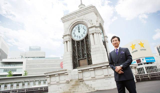 セイコーホールディングス代表取締役会長兼グループCEOを務める服部真二氏。銀座・和光の屋上、時計台前にて