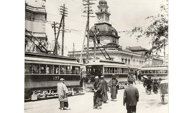 1897年(明治30年)頃の服部時計店。現在は和光が建つ銀座4丁目交差点付近の当時の写真