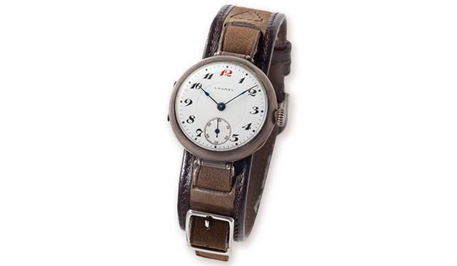 懐中時計が主流の時代に、国産初の腕時計として1913年に誕生した「ローレル」。当時、懐中時計の生産量が日産200個だったのに対し、30個ほどだったという。丸い菊型りゅうずや針のディテールに懐中時計の面影を残す