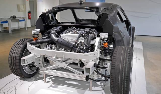 リアに搭載される1.5リッターの直列3気筒エンジンは、スーパーチャージャーとターボチャージャーを併用するツインチャージャーを採用。小排気量ながらエンジン単体で170kW(231ps)、リッターあたり154psもの高い出力を発生する