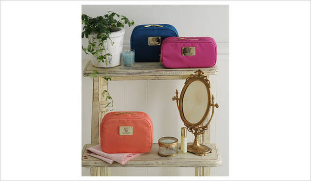 <strong>Afternoon Tea LIVING|アフタヌーンティー・リビング</strong> 「Afternoon Tea PREMIUM COLLECTION」 「FUNCTIONAL POUCH」スクエアポーチ4410円、Wポーチ4095円