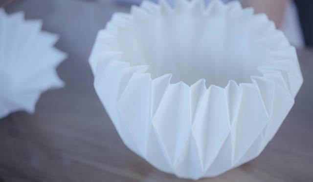 まるで本当の折り紙で作ったかのように見える五十嵐瞳氏の陶磁器