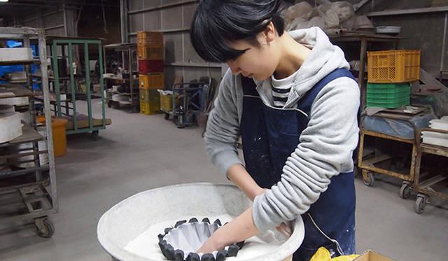 紙を使うことで、さまざまな形を作ることができ、従来の方法で作られたものにはない薄さを実現できる、という五十嵐氏のコンセプト。受賞作「Making Porcelain with an Origami」(磁器を折り紙で作る)を制作した工房にて