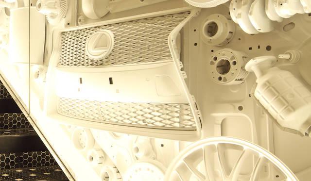 レクサスに採用される自動車のパーツをモチーフに壁面に散りばめた「INTERSECT BY LEXUS」の店内